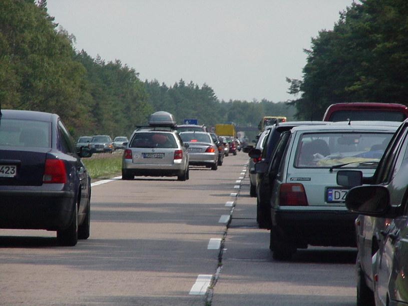Jest za dużo samochodów, Część kierowców nie potrafi zachować się na drodze, Kierowcy nie wpuszczają innych na tzw. suwak, Z powodu remontów dróg, Z powodu złej organizacji ruchu, Z powodu dziur w jezdni, Jest za mało dróg, Brakuje obwodnic miast