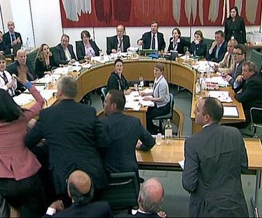 Atak na Ruperta Murdocha podczas przesłuchania