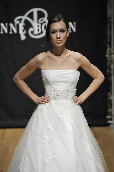 Suknia ślubna projektu Anne Bowen