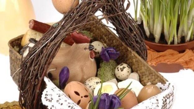 Święcone, zwane też święconką, ma swoje prapoczątki w VIII wieku. Do Polski zwyczaj ten dotarł w XIV stuleciu. Najpierw do święcenia noszono tylko baranka z chleba, później dokładano kolejno: ser, masło, ryby, olej, mięso, ciasto, wino, jajka i inne pokarmy.