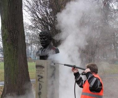 Mycie pomnika pułkownika Ryszarda Kuklińskiego w Krakowie