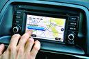 Nawigacja opracowana z firmą TomTom wymaga rozsądnej dopłaty 2 tys. zł. System obsługuje się dotykowo lub za pomocą pokrętła między fotelami.