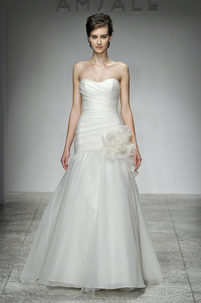 Suknia ślubna projektu domu mody AMSALE