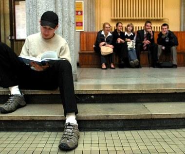 """Egzamin za """"piękne oczy""""? Wrocławscy studenci protestują i chcą monitoringu"""
