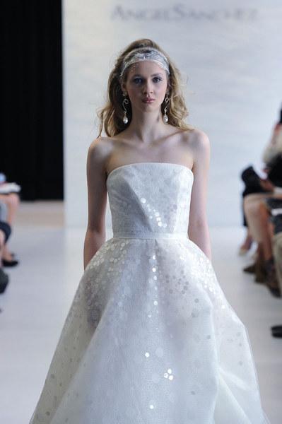 Angel Zanchez: Prosta i byszcząca suknia