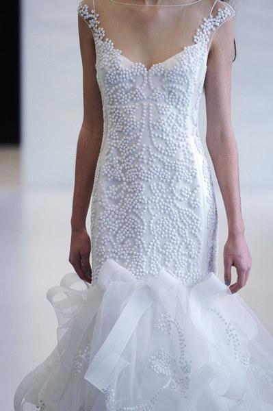 Angel Zanchez: Suknia z naszytymi koralikami