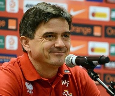 Zwolnić go z prowadzenia kadry, Jego nie wolno zwalniać, tylko należy wyrzucić dyscyplinarnie za stratę punktów z Ukrainą i Mołdawią., Poczekać do wygaśnięcia kontraktu trenera, czyli do końca roku
