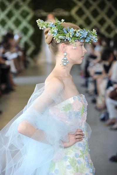 W tej kolekcji znajdziemy zarówno skromne fasony sukien ślubnych, jak i bardzo efektowne.