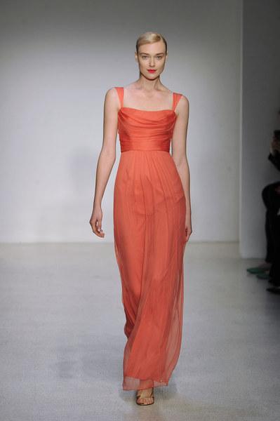 Wybierasz się na wesele? Wybierz oranż - ten kolor idealnie pasuje do opalonego ciała