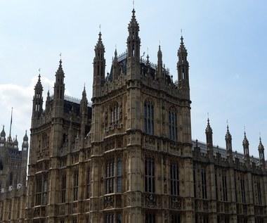 Nietypowa prośba do posłów: Nie dotykać stóp byłych premierów!