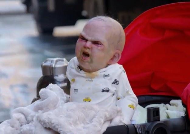 """Wiele już w swoim życiu widzieliśmy, ale tak przerażającego, perfidnego i dopracowanego numeru dawno nie oglądaliśmy. Ekipa DevilsDueNYC najwyraźniej zainspirowana filmową serią o Laleczce Chucky wysłała na ulice Nowego Yorku zdalnie sterowany wózek, w którym zamontowano małego robota imitującego porzucone dziecko. Dziecko o dość demonicznej aparycji dodajmy. Pomysł na trik jest dziecinnie prosty - przechodzień podchodzi do porzuconego wózka, z którego dobywa się płacz dziecka, a w tym momencie """"operator"""" maszyny uruchamia diabelskie dziecko, które wyskakuje spod kocyka, napędzając niezłego stracha bogu ducha winnym ludziom. I śmieszno i straszno - na pewno warto obejrzeć i zastanowić się, co my byśmy zrobili, gdyby taka sytuacja przydarzyła się nam..."""