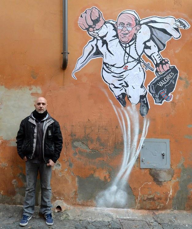 Usuni to mural z papie em franciszkiem jako supermanem for Mural z papiezem franciszkiem