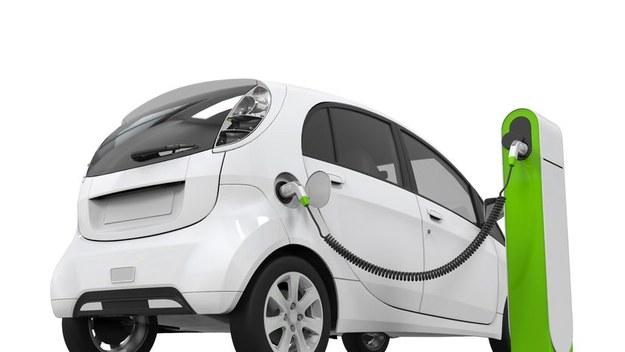 Samochody z napędem elektrycznym lub hybrydowym wciąż mają problemy ze zdobyciem polskiego rynku. Problemem dla kupujących jest zbyt wysoka cena takich aut.