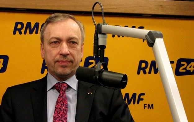 """""""Wykluczam, żeby można było łączyć funkcje szefa Rady Europejskiej i szefa PO""""- mówi europoseł PO Bogdan Zdrojewski w Kontrwywiadzie RMF FM. """"To będzie bardzo trudny czas dla Platformy. To nie będzie lifting. Czeka nas poważny reset - proces, który zakończy się pod koniec roku"""" - dodaje i zapowiada, że w efekcie tego procesu PO stanie się """"partią większej świeżości"""". """"Nie można wykorzystywać czasu resetu do wewnętrznych wojen""""- przestrzega gość Konrada Piaseckiego. Czy w przypadku, kiedy pojawi się problem z wyborem nowego przewodniczącego, on sam byłby gotowy zostać kompromisowym szefem partii? """"Za wcześnie na deklaracje. Wszystko zależy od uwarunkowań""""- mówi Bogdan Zdrojewski w RMF FM.  Czytaj więcej na http://www.rmf24.pl/tylko-w-rmf24/wywiady/kontrwywiad/news-zdrojewski-wykluczone-by-tusk-pozostal-szefem-po-czeka-nas-r,nId,1493020"""