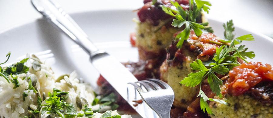 Dietetyczne wcale nie znaczy nieapetyczne! Mało tego, dietetyczne nie znaczy mało sycące! Te klopsiki z kaszy jaglanej, z dodatkiem pysznej, słodko-ostrej surówki to skarbnica smaków i aromatów. To pomysł na znakomity posiłek, nie tylko dla wegetarian.