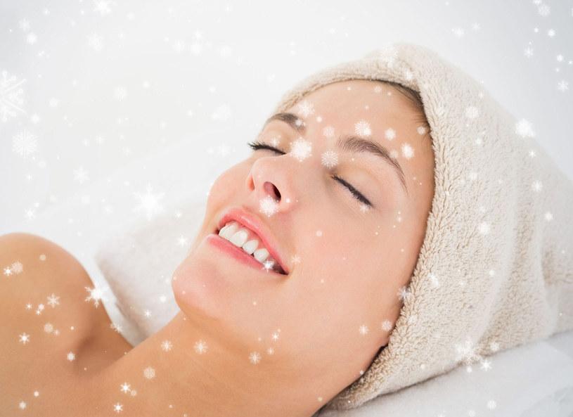 Zimą nasza cera wymaga zmiany w dbaniu o jej kondycje. Żelowe konsystencje kremów do twarzy oraz pod oczy należy zamienić na kremowe, bogate w odżywcze substancje. W czasie zimy również należy zmienić kosmetyki do makijażu. Zamiast błyszczyku nakładać nawilżające masełka do ust oraz wodoodporne tusze do rzęs.