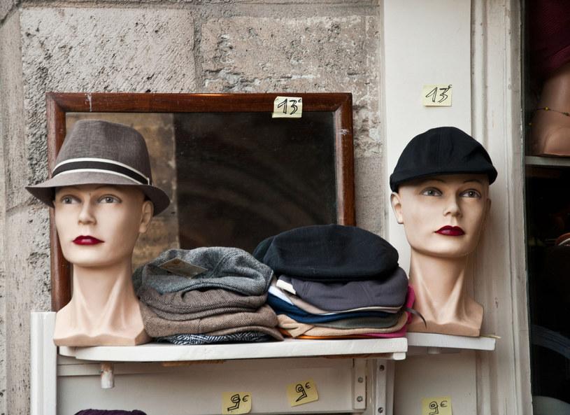 Andrzej Zaręba zawód czapnika wykonuje od 40 lat. - Mój ojciec był czapnikiem, ja wyrosłem przy czapkach - zdradził. W swojej pracowni pan Andrzej opowiedział o tajnikach swojej pracy. Kto kupuje jego czapki i kapelusze? - Przez całe lato przychodzą do mnie głównie klienci z zagranicy, bo oni cenią ręczną robotę - przyznał.