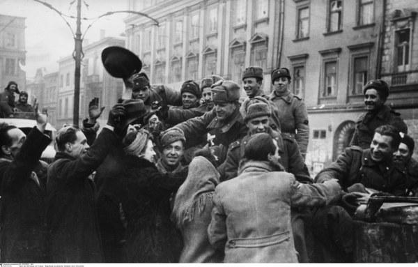 Kraków, styczeń 1945. Radziecka artyleria przeciwlotnicza na Rynku Głównym