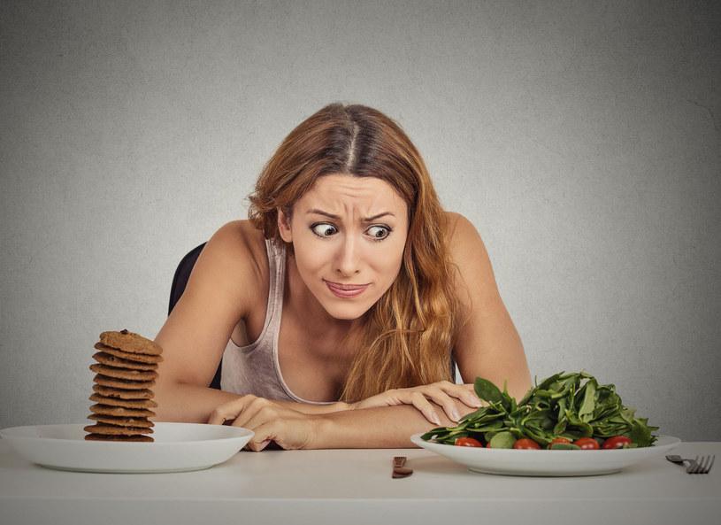 Jacek Bilczyński opowiedział o diecie 2000 kilokalorii. Dla kogo jest najlepsza i jak obliczyć, ile powinniśmy jeść? Trener wyjaśnił również dlaczego jedne kalorie są bardziej niebezpieczne niż inne.