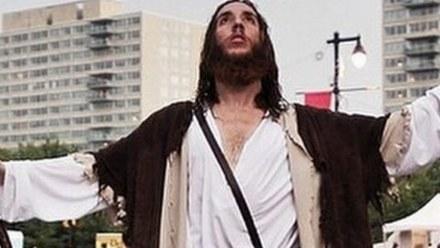 Porzucił heroinę, by zostać Jezusem i nauczać na ulicach
