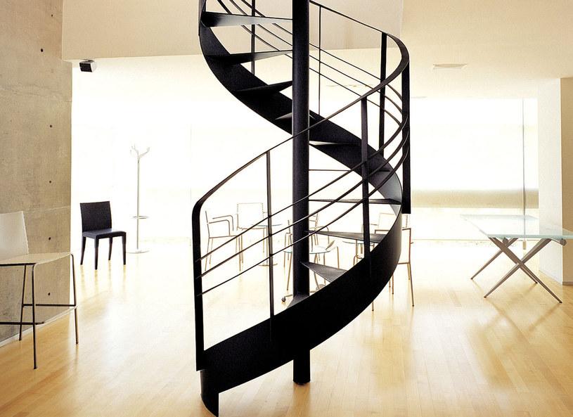 Schody kacze to niezwykle funkcjonalne rozwiązanie, zwłaszcza w mieszkaniach o małym metrażu. Odpowiednio wyprofilowane i ułożone naprzemiennie stopnie do minimum redukują zajmowaną powierzchnię, nie pozbawiając jednak domowników komfortu ich użytkowania. W bardzo małych mieszkaniach najlepiej sprawdzą się schody kacze kręcone, które zajmują połowę miejsca potrzebnego dla tradycyjnych schodów kręconych.
