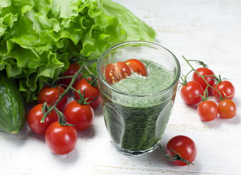 Zielone koktajle to prawdziwe bomby witaminowe. Te na bazie szczawiu lub szpinaku są jednak źródłem nie tylko substancji odżywczych, lecz także szkodliwego kwasu szczawiowego. Jego nadmiar w organizmie może prowadzić do upośledzenia przyswajania wapnia i magnezu, a nawet kamicy nerkowej. Zielonych koktajli nie należy więc spożywać zbyt często, warto także ograniczyć ilość wypijanej herbaty i kawy, również bogatych w kwas szczawiowy.