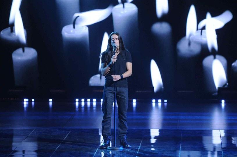 """Zwycięzca czwartej edycji """"Must Be The Music"""", który w czerwcu 2014 roku uległ poważnemu wypadkowi wraca na scenę. Wokalista wystąpi na żywo w pierwszym półfinale dziewiątej edycji show w najbliższą niedzielę, 10 maja."""