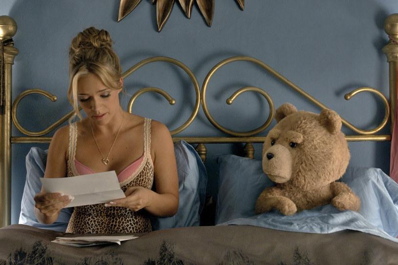 """W 2012 roku pełen uroku, nieprawdopodobnie wyszczekany i nieco bezczelny pluszowy miś zawładnął sercami kinomanów na całym świecie. Jego teksty, pewność siebie, niepodrabialny styl, rozbrajająca niepoprawność polityczna, seksualne aluzje i przyjaźń z wiecznie ujaranym kolegą sprawiły, że """"Ted"""" stał się najbardziej dochodową komedią dla dorosłych w historii."""