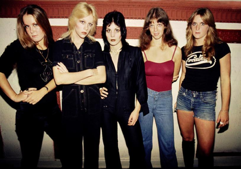Po szokujących wyznaniach Jackie Fox, basistki grupy The Runaways, jej koleżanki z zespołu odrzucają oskarżenia, że były świadkami gwałtu.