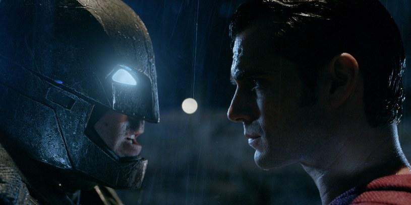 """Pojawiła się kolejna zapowiedź jednej z największych superprodukcji 2016 roku. Trzeba przyznać, że nowy zwiastun filmu """"Batman V Superman: Świt sprawiedliwości"""" robi wrażenie."""