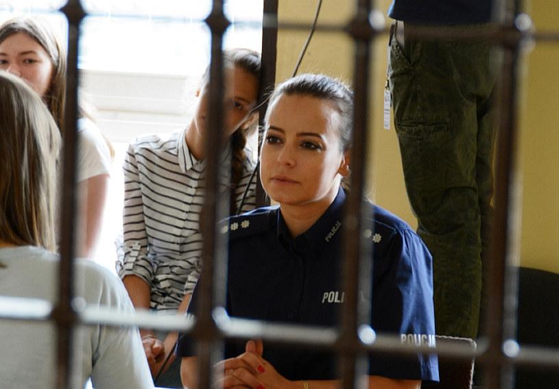 """Anna Mucha chętnie zamienia eleganckie sukienki na policyjny mundur. Co roku, przy okazji festiwalu filmowego """"Kameralne Lato"""" w Radomiu, aktorka wciela się w rolę funkcjonariuszki mazowieckiej policji."""
