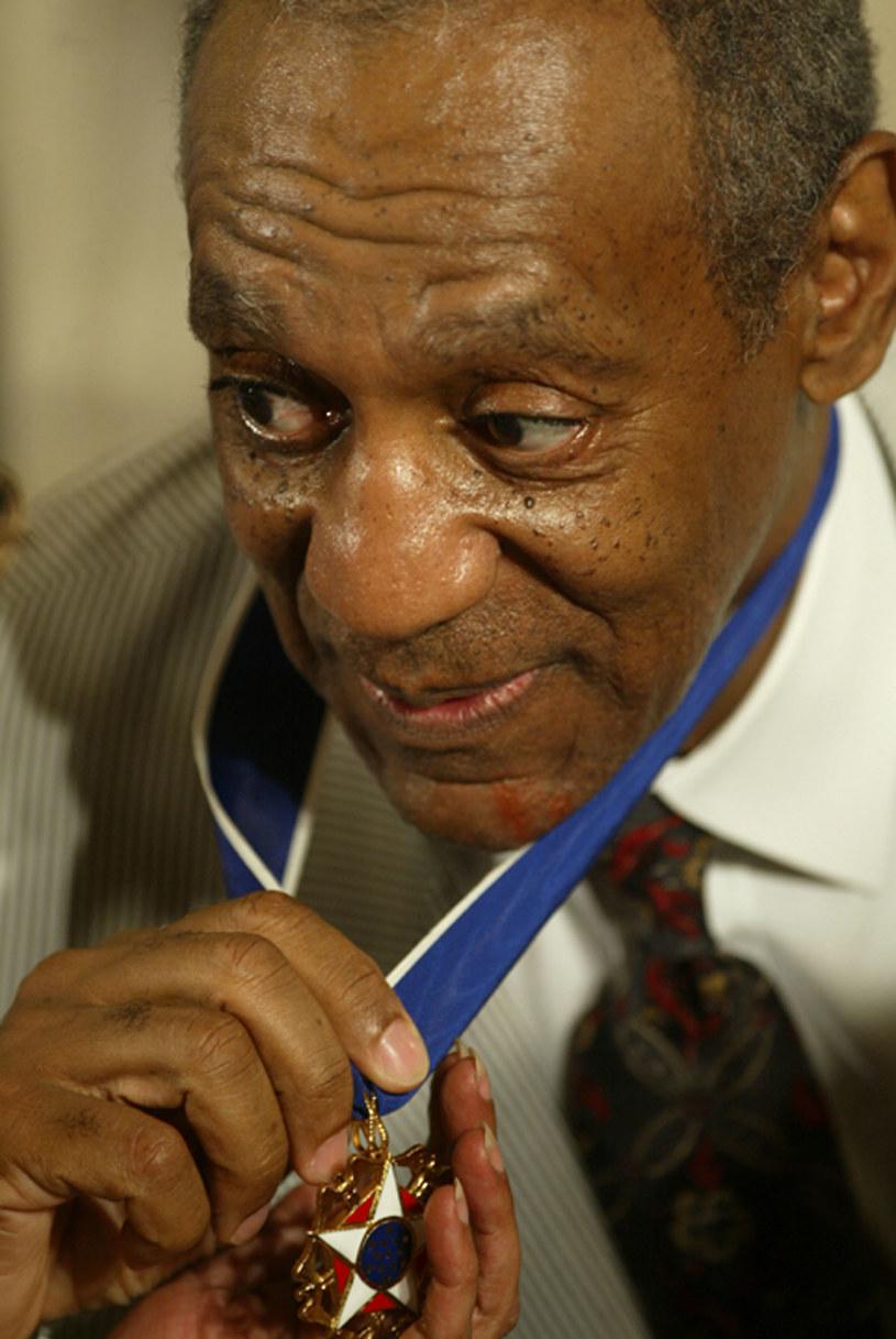 """Komik Bill Cosby nie zostanie pozbawiony Prezydenckiego Medalu Wolności, ponieważ rząd USA """"nie ma mechanizmów"""", które pozwoliłyby odebrać takie wyróżnienie. Taką informację przekazał dziennikarzom sam prezydent USA Barack Obama."""
