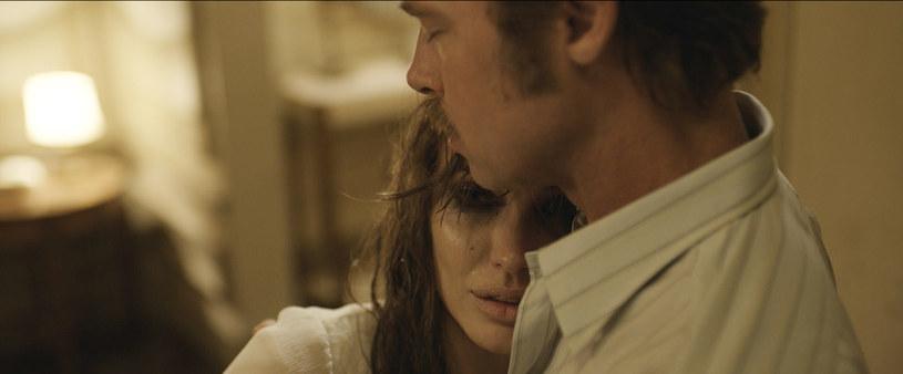 """Na 13 listopada wyznaczono amerykańską datę premiery nowego filmu w reżyserii Angeliny Jolie. Po ciepłym przyjęciu wojennego dramatu """"Niezłomny"""" aktorka nie zwalnia tempa - jest nie tylko reżyserką filmu """"By The Sea"""", ale również jego scenarzystką i producentką. Sensacyjnie zapowiada się także obsada - u boku Angeliny Jolie zobaczymy jej męża Brada Pitta."""