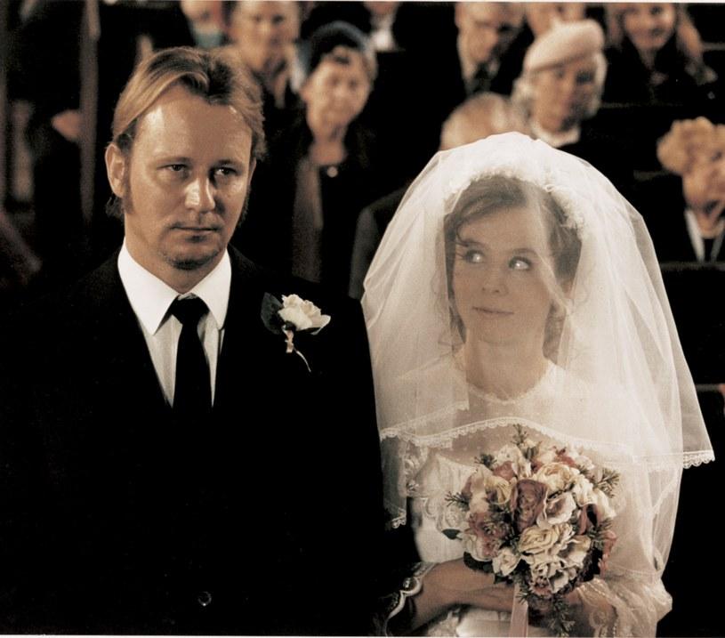 """31 lipca w polskich kinach pojawi się pierwszy raz w cyfrowej jakości jeden z najlepszych i najgłośniejszych filmów Larsa Von Triera, """"Przełamując fale"""". Od tego filmu rozbłysła gwiazda dwóch znakomitych aktorskich osobowości: pochodzącej z Wielkiej Brytanii Emily Watson oraz Duńczyka Stellana Skarsgarda."""