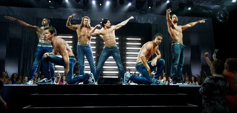 """""""Magic Mike XXL"""". Czego jest więcej? Atrakcji, tańczących mężczyzn, filmowych lokacji, niespodziewanych przygód i podnieconych kobiet. Dla twórców sequela erotycznej komedii, z Channingiem Tatumem w roli głównej, nic nie liczy się bardziej, niż czysta przyjemność."""