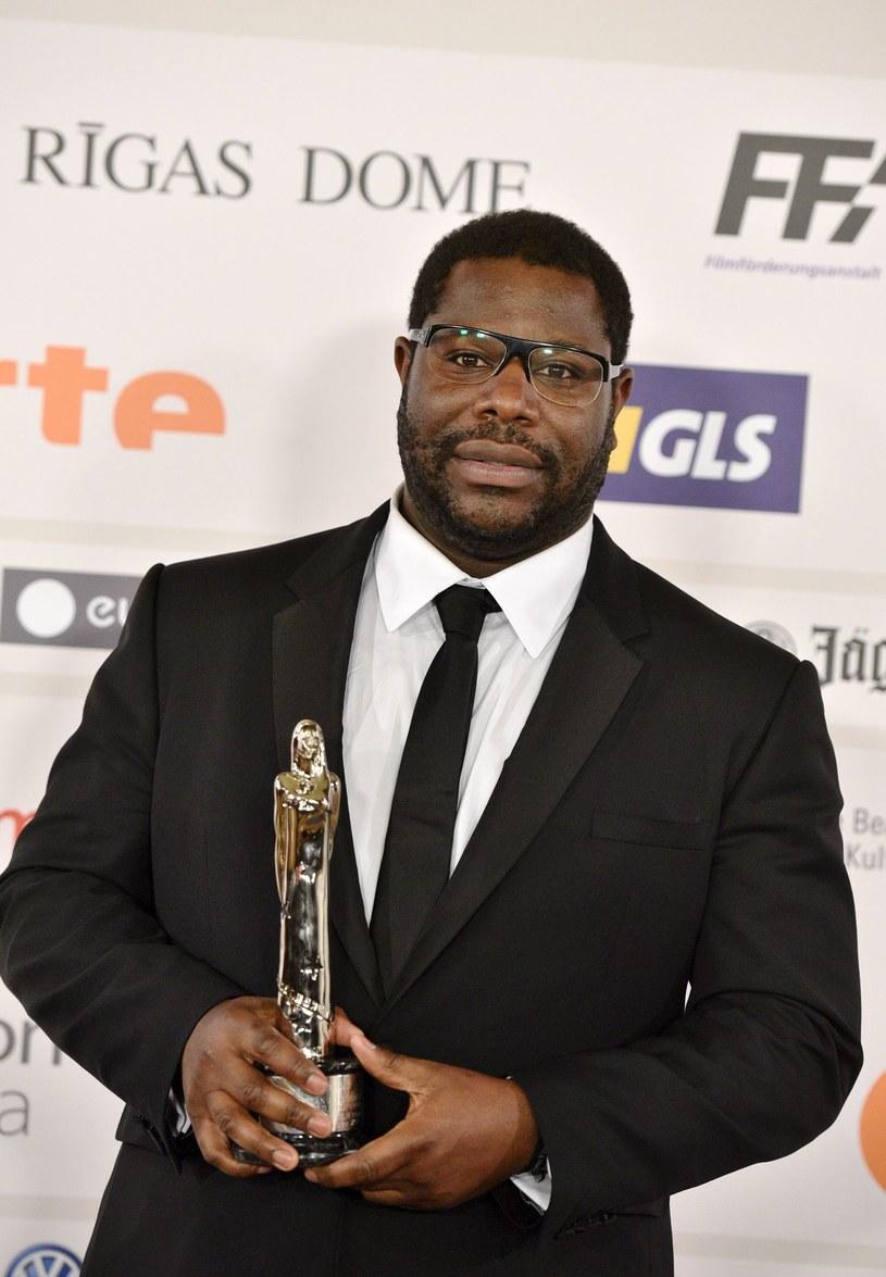 """Steve McQueen, jedyny czarnoskóry reżyser, którego film został wyróżniony najważniejszym Oscarem, zabrał głos w sprawie kontrowersji dotyczących tegorocznych nominacji do nagród Akademii. Twórca """"Głodu"""" i """"Wstydu"""" ma nadzieje, że będą one punktem zwrotnym w polityce hollywoodzkich wytwórni."""