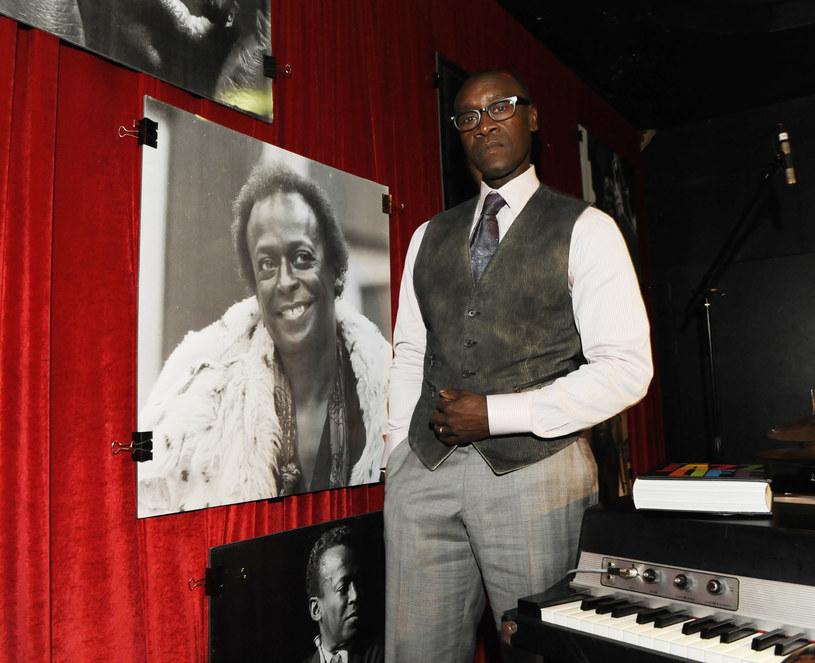 """Filmowa biografia legendarnego trębacza jazzowego Milesa Davisa będzie miała swoją światową premierę 10 października, na Festiwalu Filmowym w Nowym Jorku. """"Miles Ahead"""" to debiut fabularny aktora Dona Cheadle'a."""