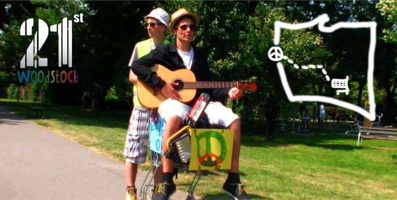 Ponad 4,5 tysiąca fanów na Facebooku zebrał nietypowy pomysł dwóch kolegów - na Przystanek Woodstock do Kostrzyna nad Odrą wyruszyli w podróż z Krakowa... wózkiem sklepowym.