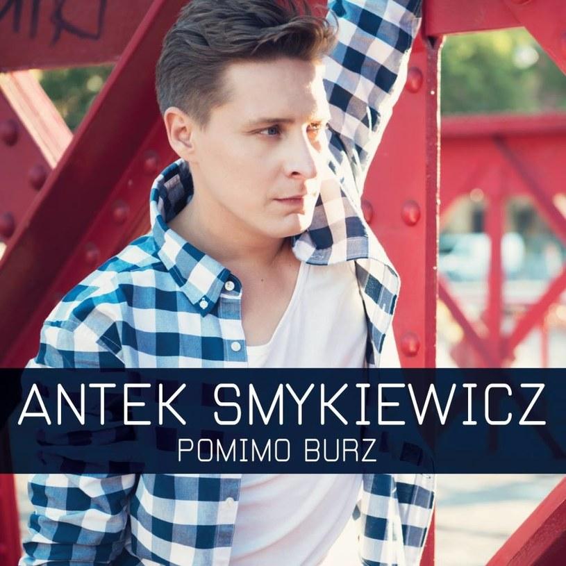 """Teledyskiem """"Pomimo burz"""" swój solowy album zapowiada Antek Smykiewicz, laureat 2. miejsca pierwszej edycji """"The Voice of Poland""""."""