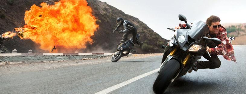 """Przed twórcami """"Mission: Impossible - Rogue Nation"""" stanęło trudne zadanie dorównania świetnemu """"Ghost Protocol"""". Na korzyść dla """"piątki"""" za kamerą stanął doświadczony w gatunku filmów dla dużych chłopców Christopher McQuarrie. Nie tylko utrzymał poziom """"czwórki"""", ale też wprowadził do serii autorski sznyt."""
