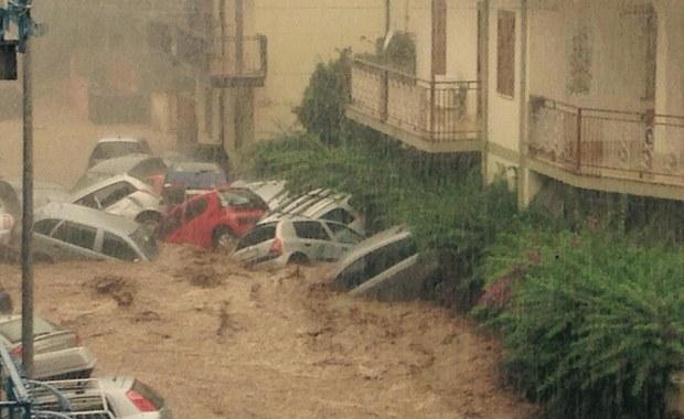 Jako dramatyczną opisują włoskie media i lokalne władze sytuację na wybrzeżu Kalabrii, gdzie gwałtowne nawałnice w nocy z wtorku na środę spowodowały podtopienia i ogromne szkody. W ciągu kilku godzin spadło tam 150 milimetrów deszczu.