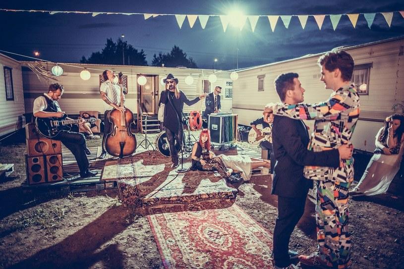 """Pijani wujkowie, bijatyka, tort i morze alkoholu - typowe wesele, które tym razem takie zwyczaje nie było. Zespół Video zagrał na gejowskiej imprezie weselnej w swoim nowym teledysku do piosenki """"Ktoś nowy""""."""