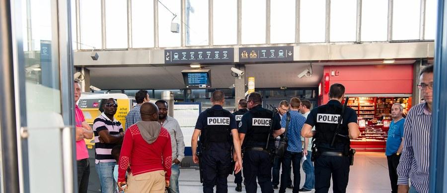 """Prezydent USA Barack Obama pogratulował """"odwagi i szybkiej orientacji"""" pasażerom pociągu TGV we Francji, w tym  dwóm żołnierzom amerykańskim. Żołnierze obezwładnili napastnika, który zranił 3 osoby. """"Bohaterski czyn dwóch amerykańskich żołnierzy!"""", """"Udaremnili atak terrorystyczny! Bez nich doszłoby do masakry!"""" - tak francuska prasa komentuje to, co wydarzyło się w jadącym z Amsterdamu do Paryża ekspresie """"Thalys""""."""