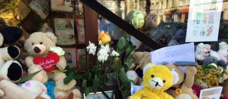 Na cmentarzu w Kamiennej Górze pochowana została 10-letnia Kamila. Po mszy w miejscowym kościele prawie tysiąc osób przeszło w białym marszu na cmentarz. 10-latkę żegnali bliscy, koledzy ze szkoły i mieszkańcy całego regionu. Dziewczynka zmarła od uderzenia siekierą przez 27-letniego Samuela N. Mężczyzna wyładował agresję na niewinnym dziecku, po tym jak wyszedł z urzędu pracy. Grozi mu dożywotnie więzienie.