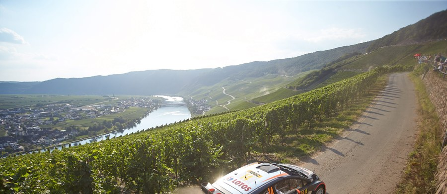 Robert Kubica urwał koło na trasie 13. odcinka specjalnego Rajdu Niemiec, 9. rundy mistrzostw świata i dziś już nie pojedzie. Prowadzi Francuz Sebastien Ogier.Polak urwał koło, zahaczając o murek na kultowym, bo aż 45-kilometrowym odcinku Panzerplatte.