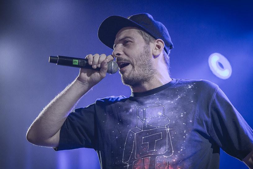 """Łódzki raper zapowiedział trzynasty album w swojej karierze """"Życie po śmierci"""". Dodatkowo na specjalnej stronie opowiedział o swojej chorobie."""