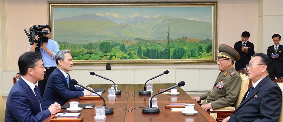 Jest porozumienie łagodzące kryzys na Półwyspie Koreańskim. Korea Północna wyraziła ubolewanie z powodu wybuchu miny, która raniła dwóch żołnierzy Południa, obiecała też powstrzymać się od prowokacji. Korea Południowa z kolei ma zaprzestać nadawania przez głośniki w pasie przygranicznym materiałów propagandowych. Obie strony zapowiedziały też serię kolejnych rozmów.