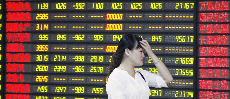 Chińskie giełdy rozpoczęły dzisiejsze sesje od strat wynoszących powyżej 6 proc. Spokojniej wyglądało natomiast otwarcie na innych azjatyckich rynkach. Wczorajsze załamanie na chińskim rynku odbiło się na notowaniach giełd na całym świecie w tym na Wall Street. Zazieleniło się natomiast na giełdach w Europie Zachodniej. Widać też poprawę na warszawskim parkiecie.