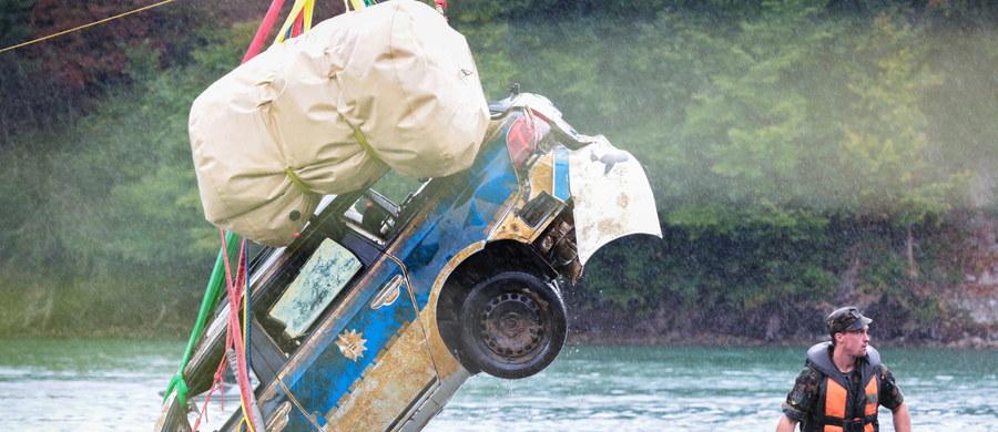 Szwajcarscy żołnierze pomogli wyciągnąć z Renu niemiecki radiowóz. Auto stoczyło się do rzeki dwa lata temu. Przed kilkoma dniami leżący na dnie Renu wrak znalazł nurek amator.