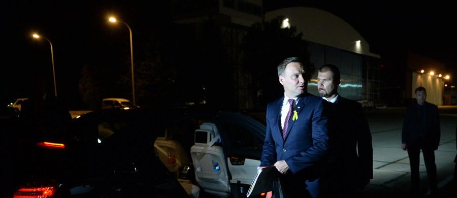"""Wygląda na to, że Andrzej Duda nie może wprowadzić się do Pałacu Prezydenckiego, ponieważ poprzednik wyciął mu złośliwy numer - twierdzi """"Fakt"""". I wyjaśnia, że Bronisław Komorowski już po przegranych wyborach zarządził w zabytkowym gmachu wielki remont klimatyzacji. A ten jeszcze długo potrwa - twierdzi tabloid."""